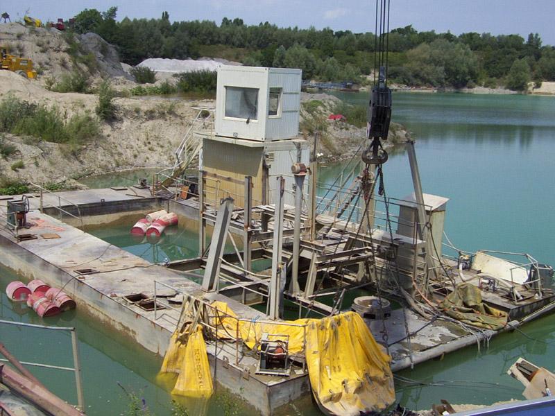 Remise à flot d'une barge de dragage